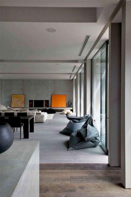 Foto de uma casa com cozinha e sala integradas.