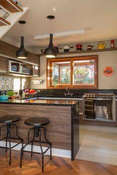 Cozinha integrada com balcão separando o ambiente.