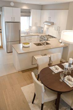 Cozinha e sala de jantar com pisos diferentes.