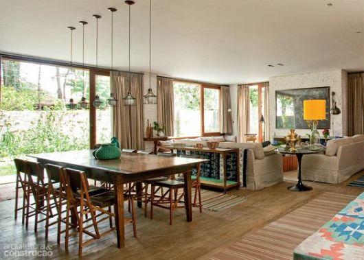 Ambientes integrados com pisos diferentes.
