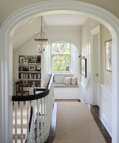 bay window com banco embaixo no corredor da escada