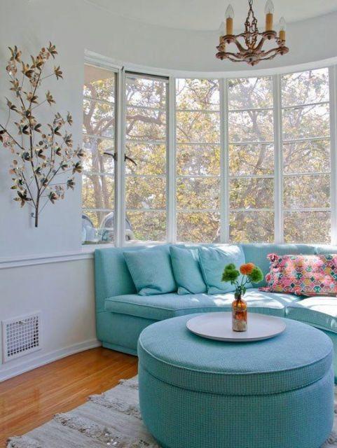 sofá azul embaixo de bay window