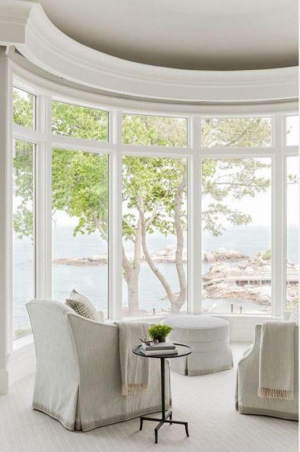 poltronas viradas para a bay window