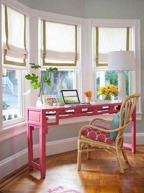 mesa de escritório embaixo de bay window