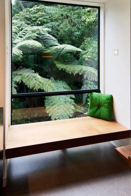 bay window com vidro de cima a baixo e banco