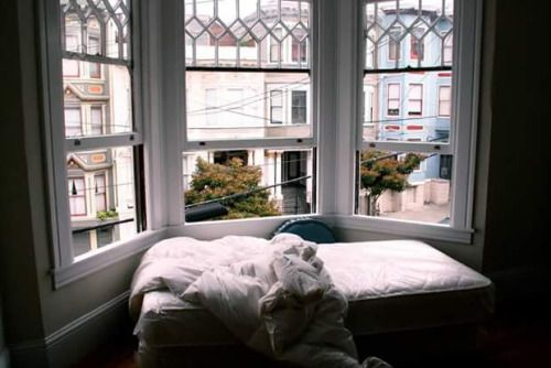 cama embaixo de bay window