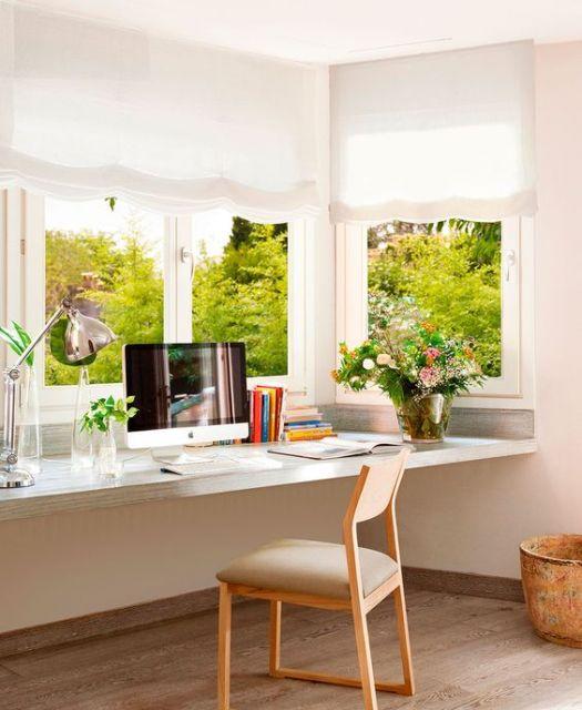 mesa de escritório instalada embaixo de bay window