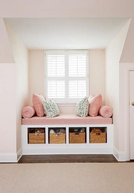 sofá e cestas embaixo de bay window