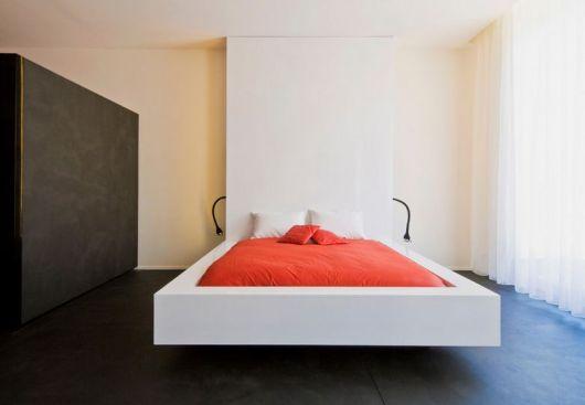 cama flutuante com cabeceira que vai até o teto