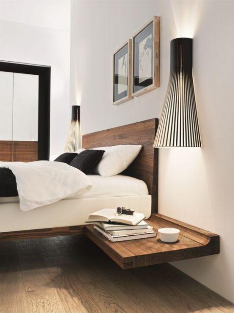 cama flutuante de madeira escura com criado mudo grudado ao lado