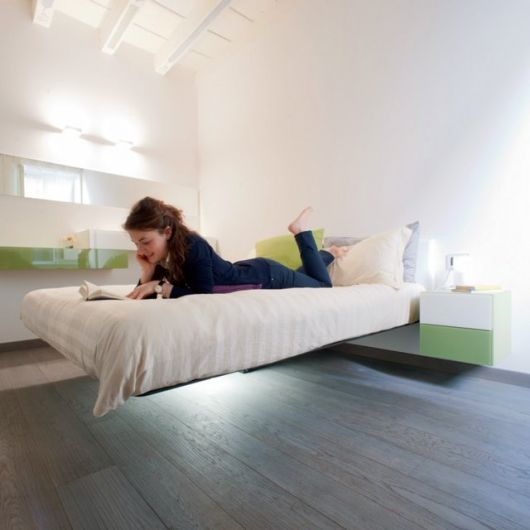 mulher em cima de cama flutuante