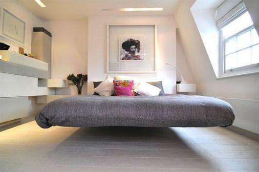 cama flutuante com colcha cinza