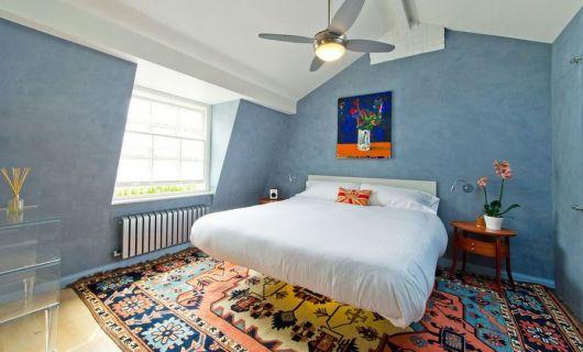 cama flutuante com tapete estampado e colorido ao fundo