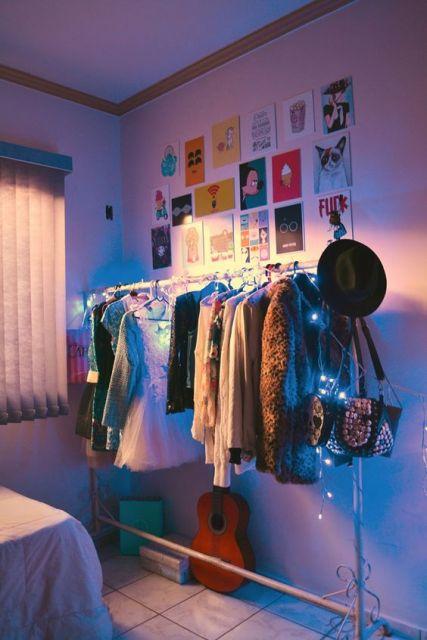 closet aramado com uma arara com luzinhas
