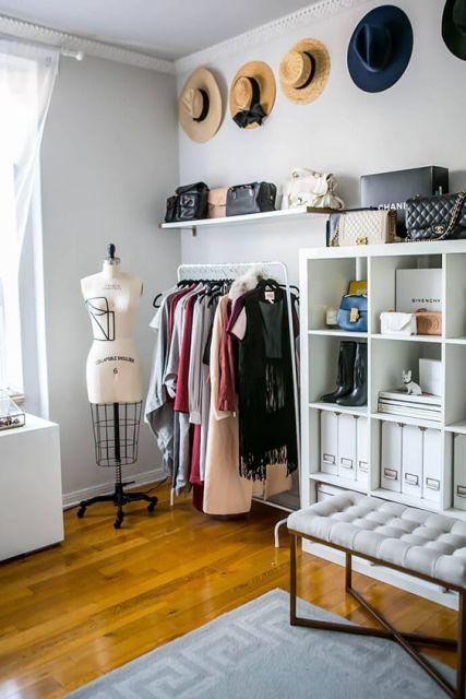 closet aramado com arara e armários com nichos e prateleiras