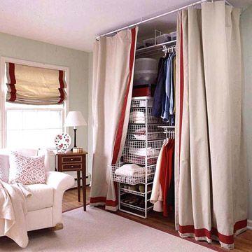 closet aramado fechado com cortina branca com detalhes em vermelho