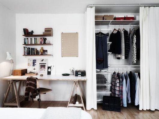 closet aramado coberto com cortina branca