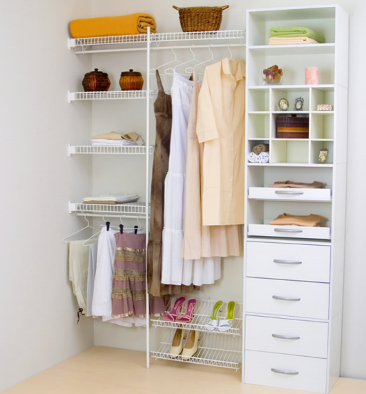 closet aramado com móvel com gavetas ao lado