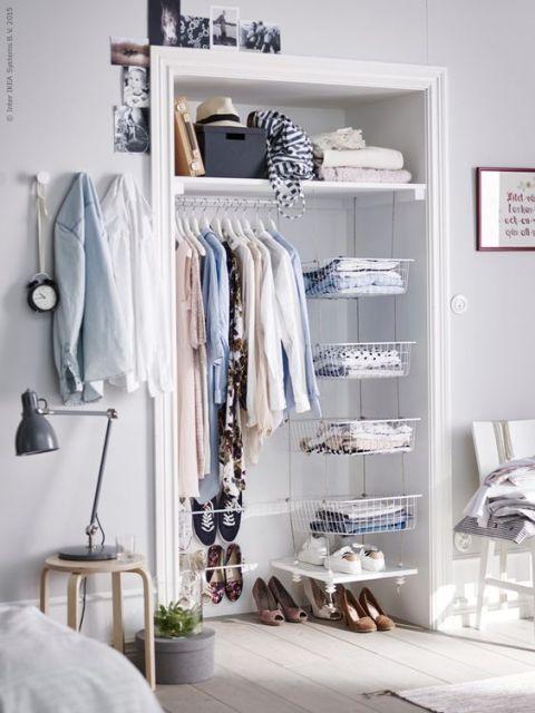 closet aramado emoldurado com batente de porta