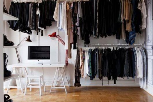 closet aramado grande com vários suportes para cabides