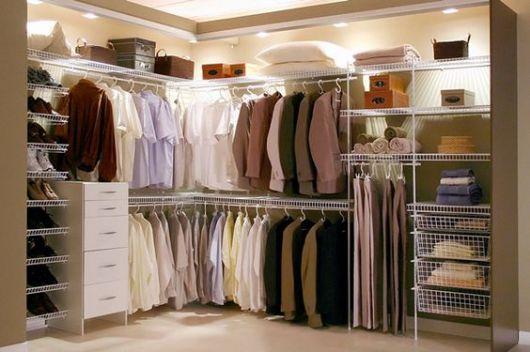 closet aramado grande com iluminação