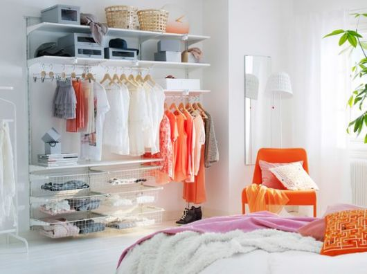 closet aramado com prateleiras de madeira branca