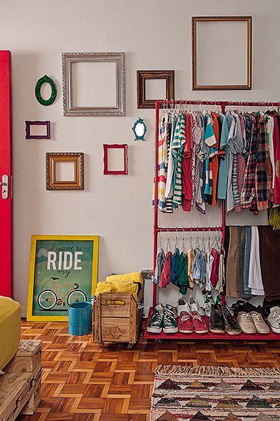 closet aramado com arara vermelha