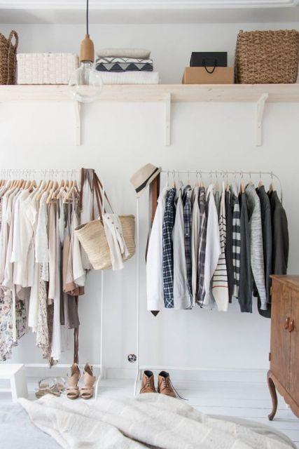closet aramado com duas araras e uma prateleira