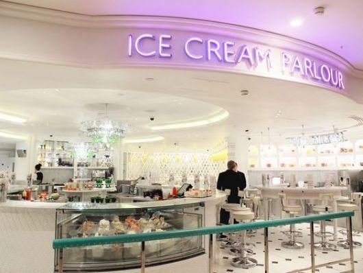 decoração de sorveteria toda branca