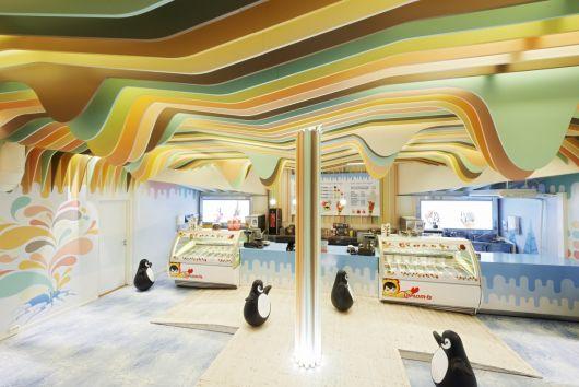 decoração de sorveteria com teto em 3D colorido