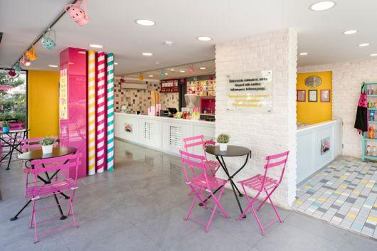 decoração de sorveteria com detalhes em rosa
