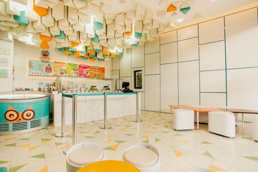 decoração de sorveteria colorida com teto em 3D