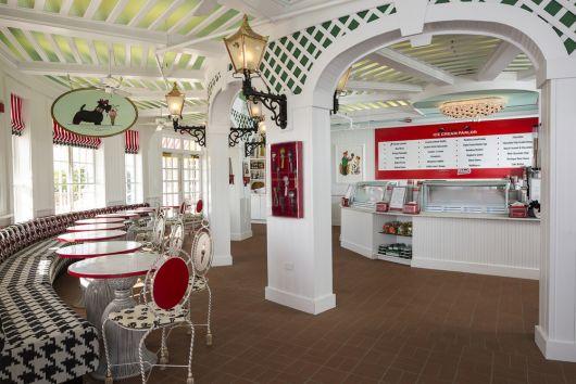 decoração de sorveteria em branco e vermelho