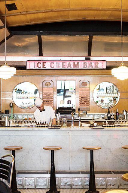 decoração de sorveteria em bege com banquinhos no balcão
