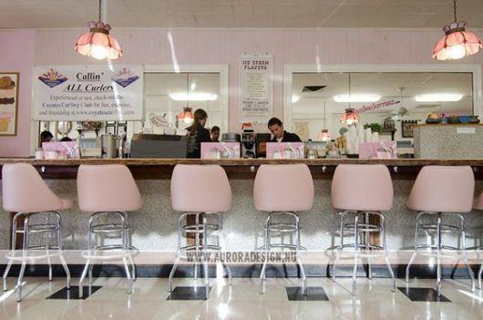 decoração de sorveteria com banquinhos rosa claro no balcão