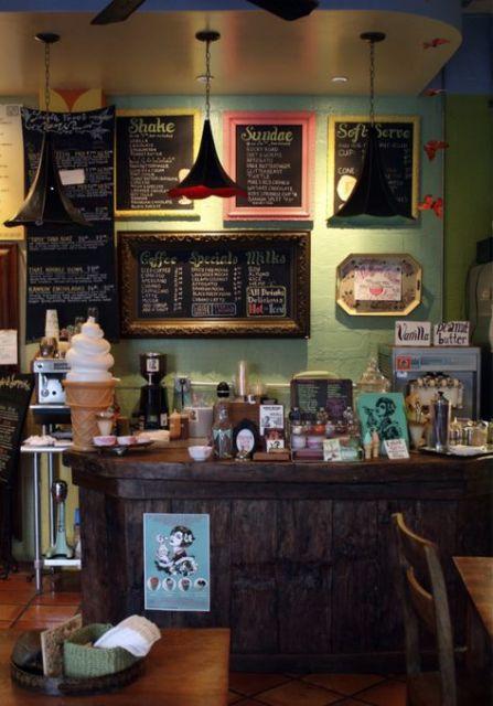 decoração de sorveteria em madeira escura com menus com moldura colorida