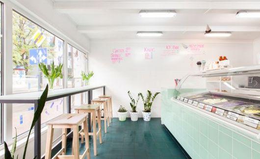 decoração de sorveteria com cores claras e apenas o balcão na cor verde menta