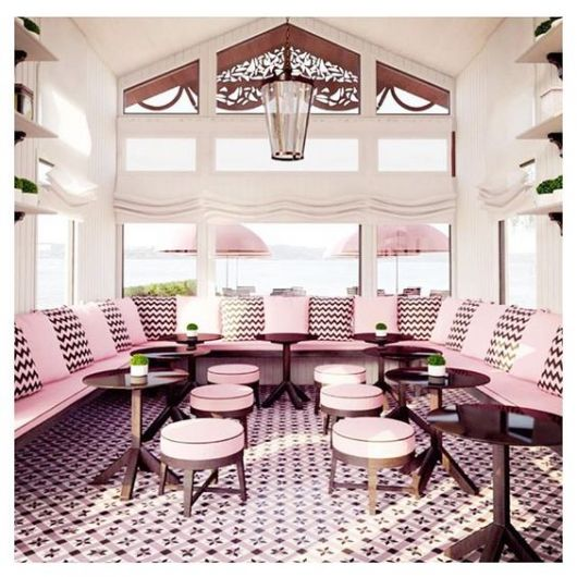 decoração de sorveteria com mesas e cadeiras em rosa e marrom