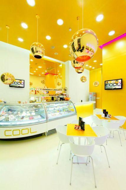 decoração de sorveteria com parede em amarelo