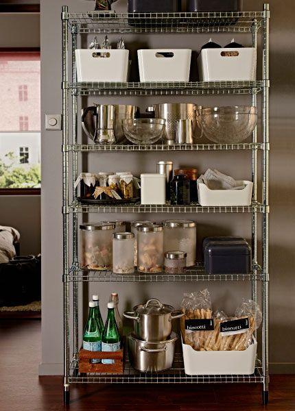 estante de aço usada como despensa na cozinha