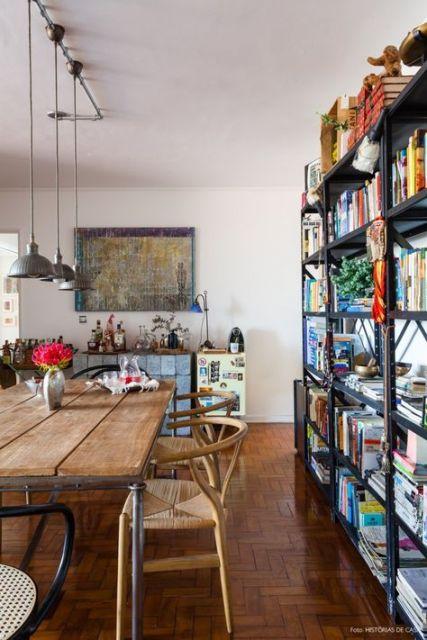 estante de aço para livros separa ambientes na sala