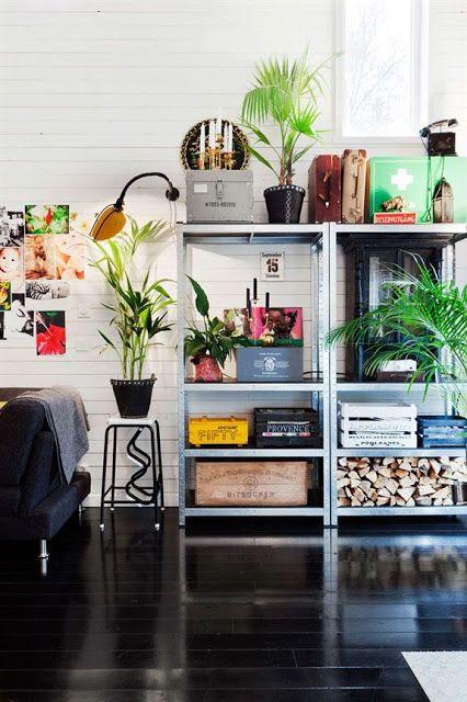estante de aço ao lado de sofá na sala