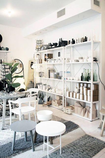 estantes de aço brancas com peças decorativas na sala