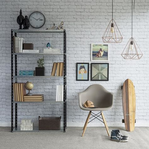 estante de aço escura usada para decorar cantinho de leitura