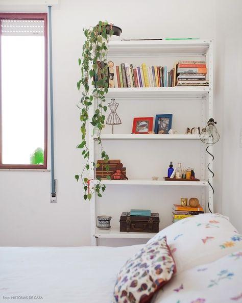estante de aço branca no quarto usada para apoiar livros e objetos decorativos