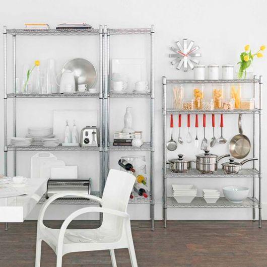 estantes de aço de diferentes tamanhos na cozinha