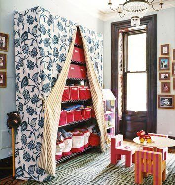 estante de aço coberta com uma cortina no quarto de crianças