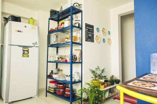estante de aço azul em cozinha