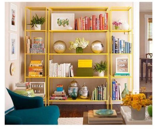 estantes de aço amarelas na sala