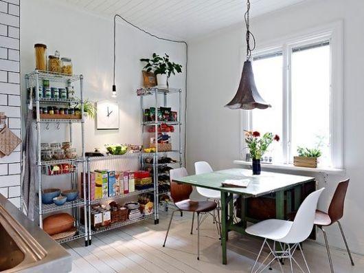 estantes de aço de diferentes tamanhos entre sala de jantar e cozinha